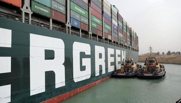 """""""El incidente ha demostrado lo que puede salir mal cuando la nueva generación de buques de gran tamaño, como el Ever Given, tiene que pasar por los confines relativamente estrechos del canal"""", opinan los analistas. (Getty Images)."""