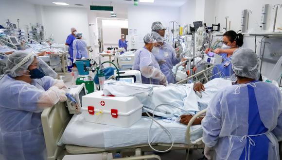 Personal médico trabaja en la Unidad de Cuidados Intensivos (UCI) del hospital de Clínicas, en Porto Alegre (Brasil). (Foto: EFE/ Marcelo Oliveira).