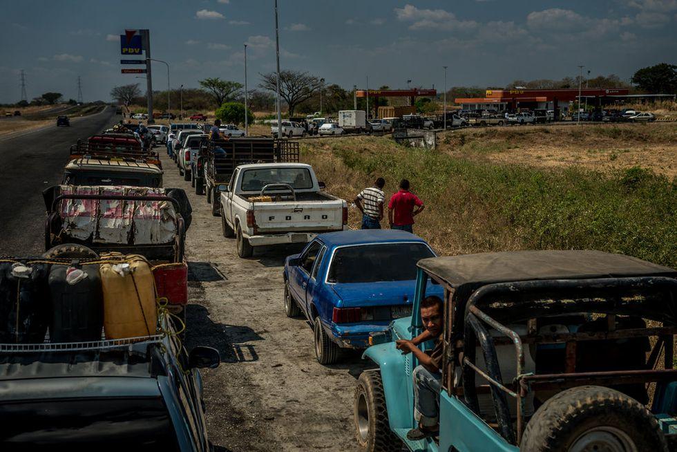 En febrero, la gente en el estado de Portuguesa tuvo que hacer cola durante horas para conseguir combustible. Venezuela tiene las mayores reservas comprobadas de crudo en el mundo. (Meridith Kohut para The New York Times).