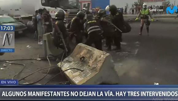 Los policías retiraron los bloques de cemento que obstaculizaban el paso de los vehículo en la Carretera Central. (Foto: Canal N)