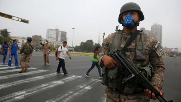 Un soldado vigila las calles de Lima después de que el gobierno de Perú desplegara personal militar para bloquear las carreteras principales en medio del estado de emergencia ordenado para frenar la propagación de coronavirus. (Foto: Reuters)