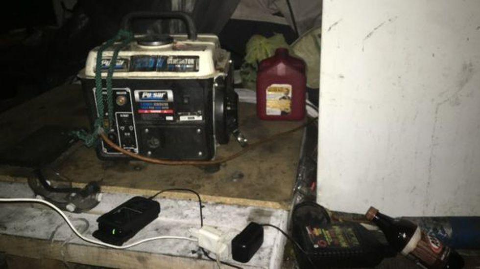 Entre todos compraron un pequeño generador para cargar los teléfonos y los dispositivos que permiten su ubicación. (Foto: BBC Mundo)