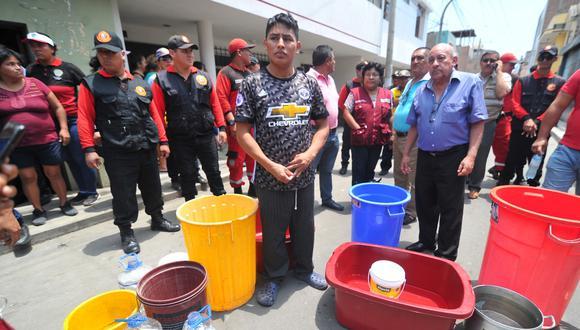 Los vecinos de la calle Tarapacá aseguraron que la falta de agua dificultó el rescate de los menores. Según contaron, todos los días les cortan el agua desde las 10 a.m. (Foto: Rolly Reyna)