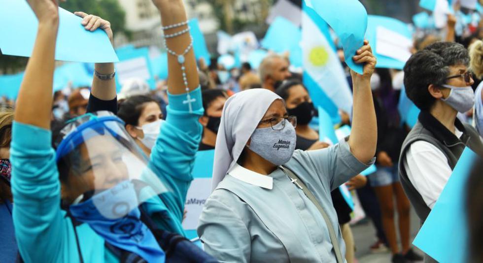 Manifestantes sostienen pancartas durante una manifestación contra el aborto frente al edificio del Congreso Nacional, en Buenos Aires, Argentina. (Foto: REUTERS / Matias Baglietto).