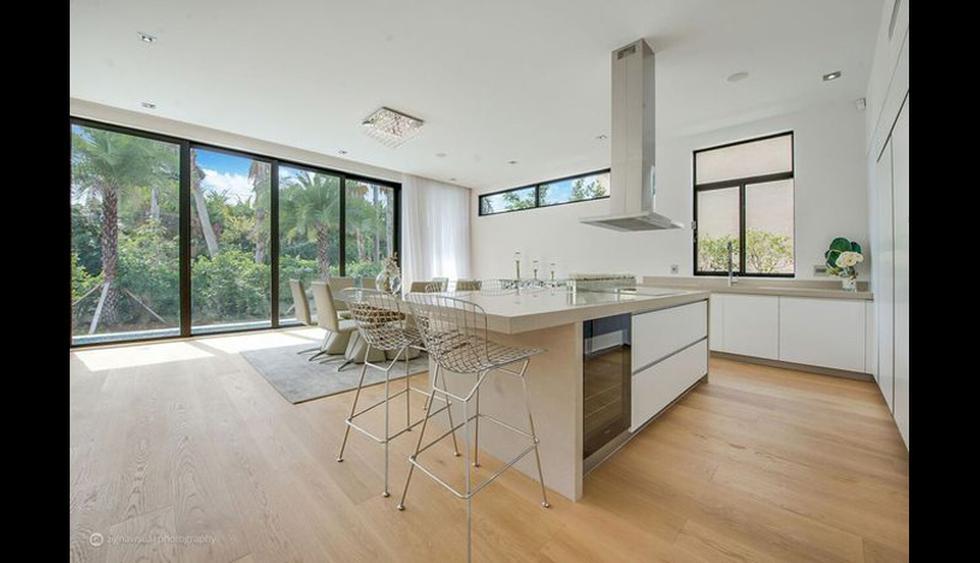 La cocina del chef está equipada con electrodomésticos Miele, una isla de granito y un bar. En este espacio se encuentra el comedor. (Foto: Realtor)