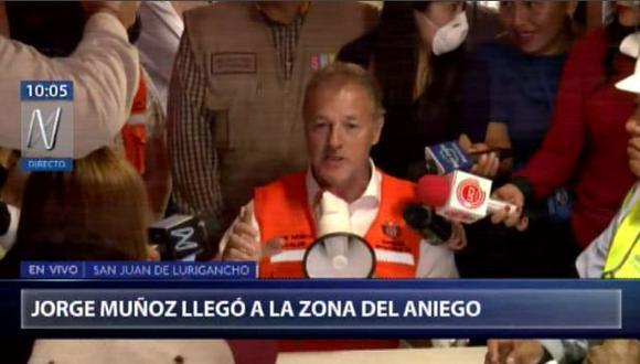 Jorge Muñoz llegó a la zona afectada por el aniego de aguas residuales. (Foto: Canal N)