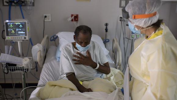 Una enfermera atiende a un paciente en la Unidad Covid-19 del United Memorial Medical Center en Houston, Texas. (Foto de MARK FELIX / AFP).