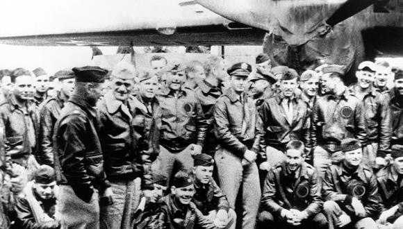 James H. Doolittle dirigió el ataque de aviones de Estados Unidos contra Tokio durante la Segunda Guerra Mundial. En esta imagen conversa con el capitán Marc A. Mitscher. Foto: AP