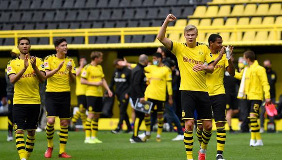 A pesar de tener el estadio vacío, Borussia Dortmund saludó a la tribuna donde se colocaban sus hinchas | Foto: AP/AFP/Reuters/EFE