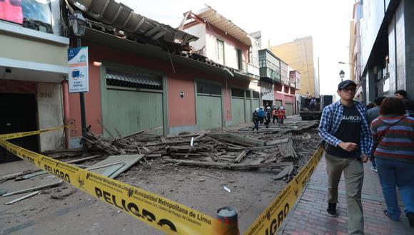 Se desmoronó balcón en el jirón Carabaya, del Centro de Lima. | Fotos: Lino Chipana/GEC