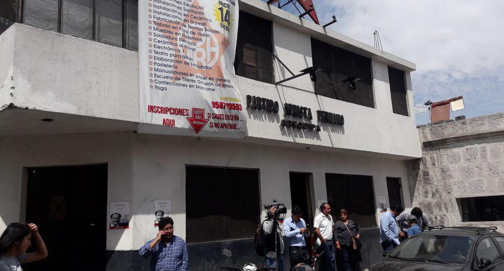 Simpatizantes llegan a la Casa del Pueblo en Arequipa. (Foto: Zenaida Condori)