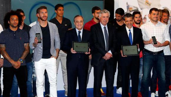 Florentino Pérez muestra la 'Real Madrid App' junto a los jugadores del primer equipo. (Foto: Club Real Madrid)