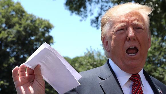El presidente de los Estados Unidos, Donald Trump, sostiene una copia de un acuerdo con México sobre inmigración y comercio. (Foto: Reuters).