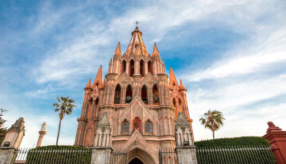 La Parroquia de San Miguel Arcángel. Su estructura y diseño es de estilo neogótico, que data desde el siglo XVII. Es famosa por torres y su santuario ornamentado.   Foto: Shutterstock.