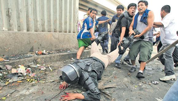 Esta fotografía tomada por El Comercio muestra la violencia de los comerciantes de La Parada que se opusieron al desalojo realizado por la Municipalidad de Lima, bajo la gestión de Susana Villarán. (Alessandro Currarino / Archivo)