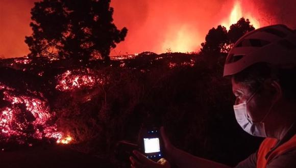 La lava del volcán Cumbre Vieja baja por las laderas del municipio de El Paso, en La Palma, España. (EFE).