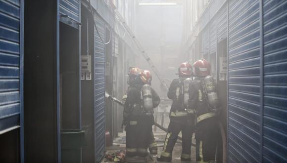 El martes pasado, tres puestos de la galería Plaza Azul quedaron afectados por un incendio. Los bomberos tuvieron un acceso complicado y los extintores de los comerciantes se terminaron. La emergencia fue controlada en 45 minutos. (Foto: El Comercio)