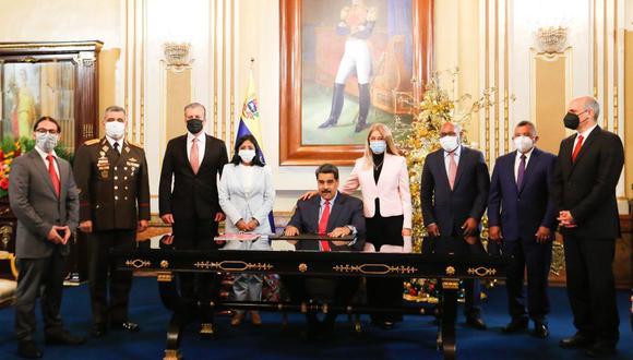 Fotografía cedida por Prensa de Miraflores donde se observa al presidente venezolano Nicolás Maduro, dar su mensaje de fin de año en compañía de miembros de su gabinete en Caracas. (EFE/Prensa Miraflores).