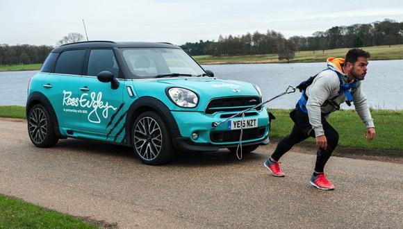 Ross Edgley completó una maratón arrastrando un Mini de 1.515 kilogramos. (foto: difusión)
