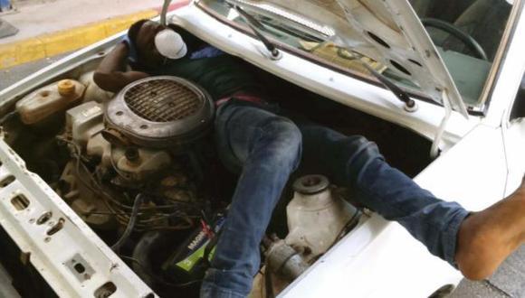 España: Hallan a un inmigrante oculto en el motor de un auto