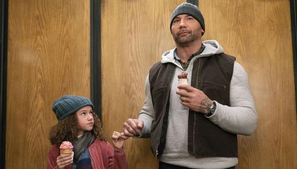 """Bautista junto a Chloe Coleman en una escena de """"Grandes espías""""."""