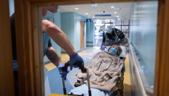 Una paciente es llevada a un centro de cuidados cerca de Portsmouth, en el sur de Inglaterra. (Foto de Leon Neal / POOL / AFP).