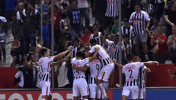 Peñarol sufrió en los últimos 15 minutos del cotejo en su visita ante Libertad, y se dejó dar vuelta al marcador en el Estadio Dr. Nicolás Leoz. (Foto: EFE)