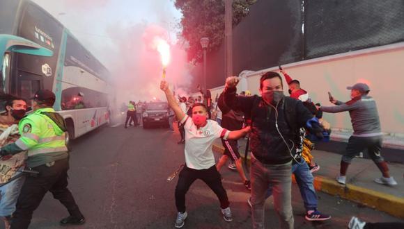 Hinchas de Universitario en las inmediaciones del Estadio Nacional. Aglomeración de aficionados se caracterizó por el poco respeto al distanciamiento social. (Foto: Jesús Saucedo / GEC)