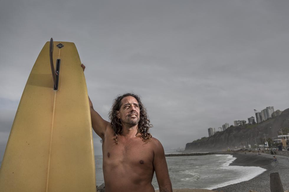 FERRUCO DE PAZ, 45 años. Surfista de la playa Makaha.