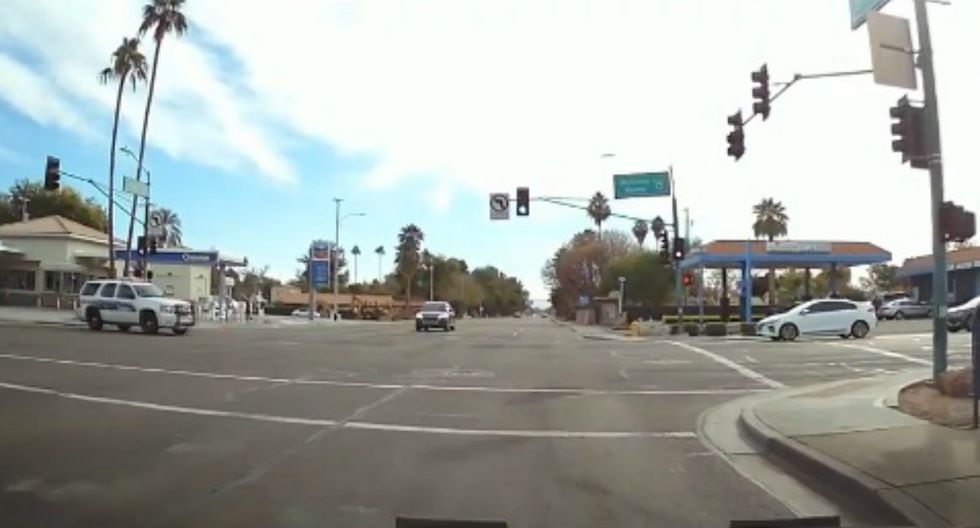 Se viralizó en YouTube el instante en que un policía impacta su vehículo contra el de un civil. Ocurrió en Estados Unidos. (Foto: Captura)