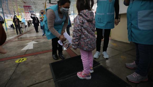 La semana pasada comenzó la jornada semipresencial de clases en la IEI 42 Elizabeth Espejo de Marroquín, colegio público ubicado en Miraflores. La actividad fue supervisada por el ministro de Educación Juan Cadillo. (Foto: Britanie Arroyo / GEC)