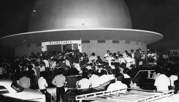 Aficionados de la astronomía visitan el planetario del Morro Solar. Postal del 10 de marzo de 1982. Foto: Vicente Montes/ GEC Archivo Histórico