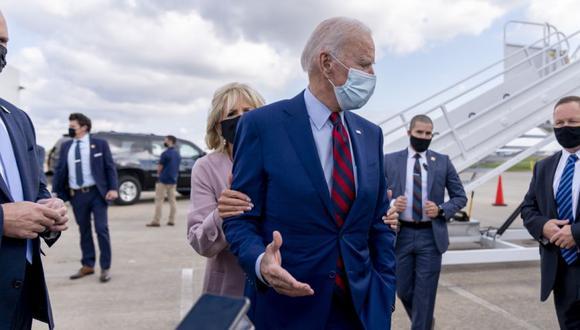 Jill Biden aleja a su esposo, el exvicepresidente demócrata del candidato presidencial Joe Biden, de los miembros de los medios de comunicación mientras habla afuera de su avión de campaña en el aeropuerto de New Castle para viajar a Miami para eventos de campaña. (Foto: AP / Andrew Harnik)
