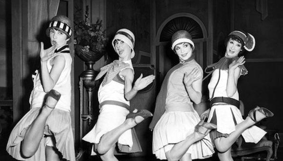 En los años 20, el Charleston anima a las  'flappers', líderes de la liberación sexual femenina, a sacudir las costumbres y revelar con libertad los cuerpos.