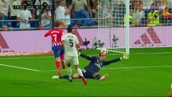 Thibaut Courtois, arquero del Real Madrid, rechazó con el rostro un disparo de gol de Antoine Griezmann, artillero del Atlético de Madrid. (Foto: captura de video)