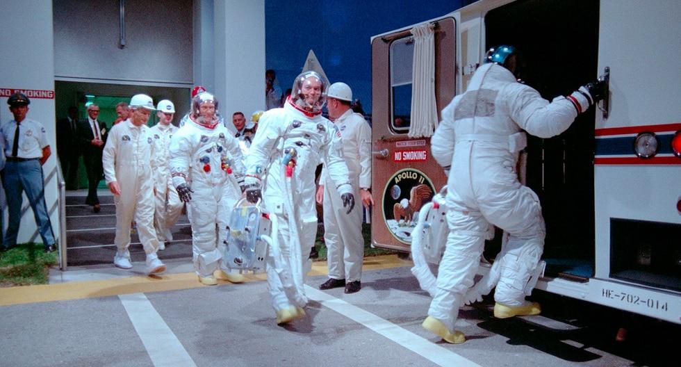 Fotografía del archivo de la NASA de los astronautas Aldrin, Collins y Armstrong (de espaldas) cuando se dirigen al Apolo 11. (EFE)