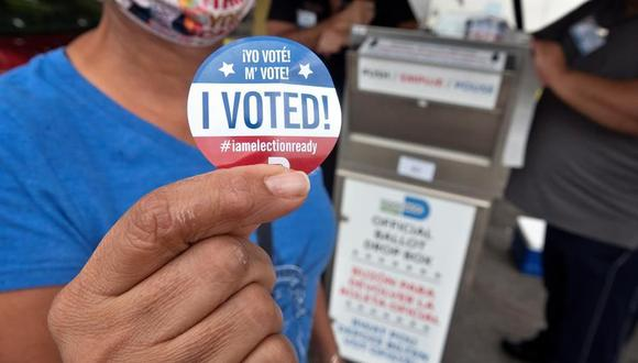 Un votante muestra su calcomanía que dice 'Yo voté' después de emitir su boleta en una urna oficial de Miami-Dade. (EFE / EPA / CRISTOBAL HERRERA-ULASHKEVICH).