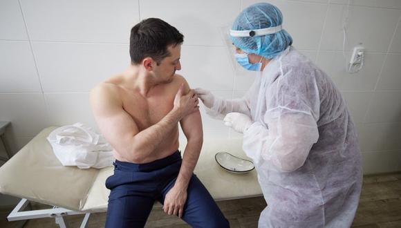 Presidente de Ucrania Volodymyr Zelensky recibe primera dosis de vacuna Covishield de la India contra el coronavirus. (Foto:  Volodymyr Zelensky, vía Twitter).