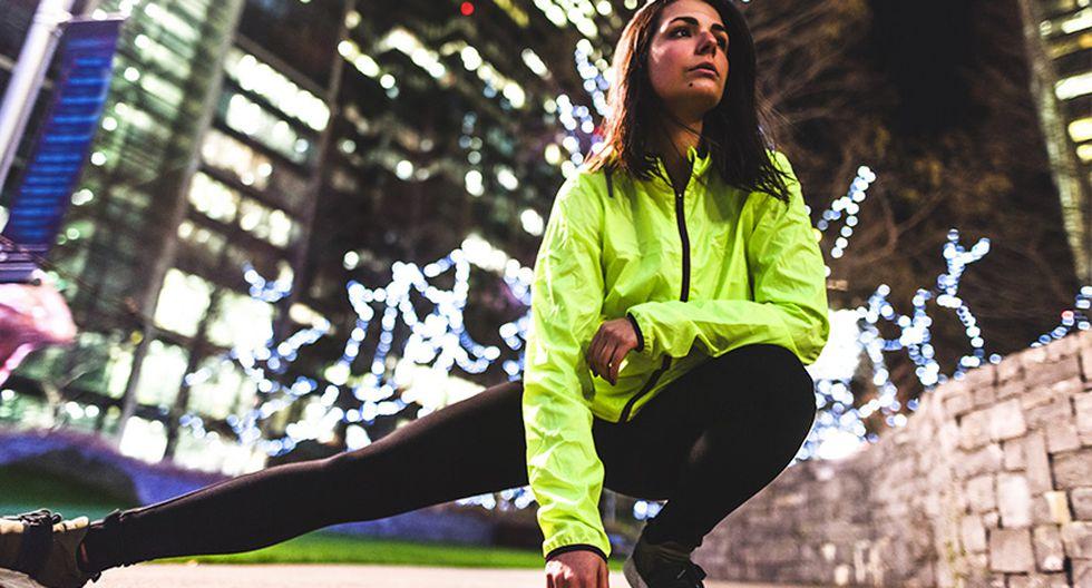 """Camisetas, casacas, shorts y mallas. La ropa con partes que """"brillan"""" en la oscuridad es indispensable para los 'corredores de la oscuridad'."""