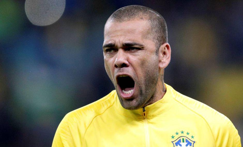 Dani Alves criticó el trabajo del árbitro asignado al Argentina-Brasil. (Foto: EFE)