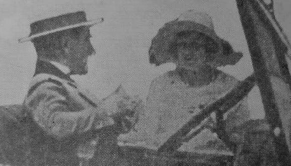 """Las señoritas voluntarias se acercaban a los donantes que adquirían el """"óbolo"""" por 20 centavos y recibían una flor a cambio. Toda la ciudad se movilizaba por un causa social muy noble a favor de la infancia. Así terminaba 1920, hace un siglo, y empezaba el año del centenario. (Foto: GEC Archivo Histórico)"""