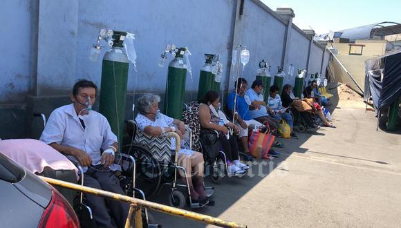 En meses pasados, los pacientes de COVID-19 eran atendidos en el estacionamiento del Hospital Dos de Mayo ante el creciente número de personas infectadas. (Foto: El Comercio)