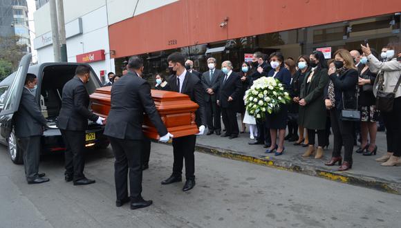 Tras las honras fúnebres en la sede del TC, el cuerpo del jurista fue trasladado para su cremación, según dispuso la familia del jurista. (Foto: Twitter TC)