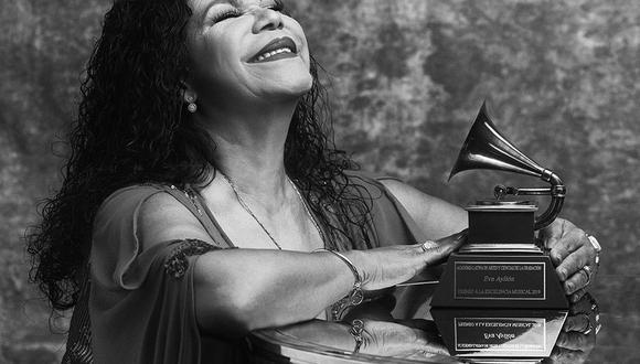 Eva Ayllón junto a su Premio a la Excelencia Musical 2019. Foto: Omar Cruz