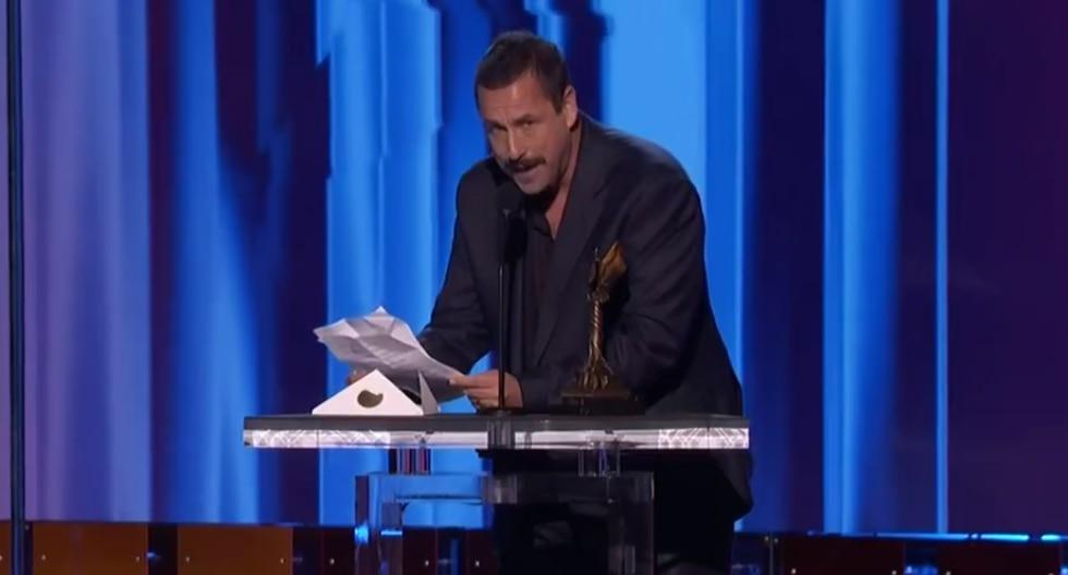Adam Sandler agradeció a todo el público por el reconocimiento y sostuvo que se siente muy honrado.  (Captura de pantalla)
