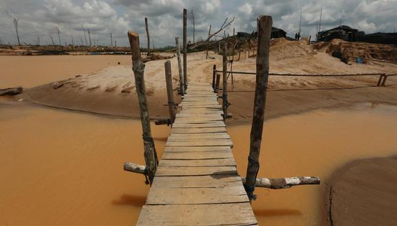 """La Pampa es el mayor desastre ambiental en la historia del Perú. El libro """"Frontera Pirata"""" de Gabriel Arriarán cuenta más de este lugar y su problemática. Foto: El Comercio."""