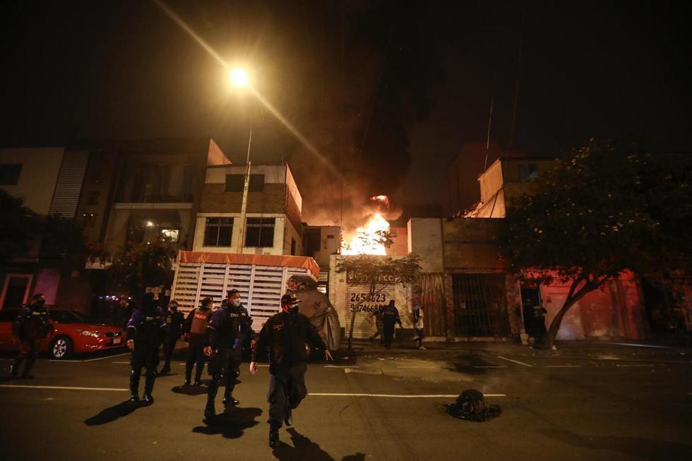 Cinco habitaciones de una vivienda situada en la avenida Coronel José Leal, en Lince, fueron destruidas por un incendio. (Foto: Joel Alonzo/ @photo.gec)