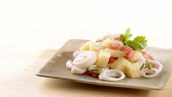 Ensalada de calamares y papas huayro asadas