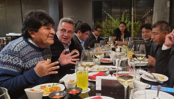 El sentenciado secretario general de Perú Libre declaró a la prensa luego de cenar con el expresidente de Bolivia Evo Morales en un restaurante de Miraflores. (Foto: Twitter)
