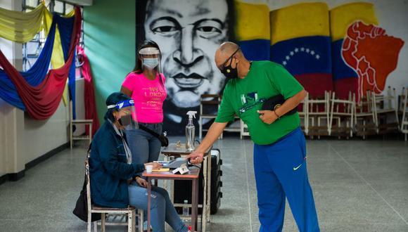 Un hombre vota en un colegio de Caracas, Venezuela. (Foto de Cristian Hernandez / AFP).
